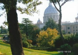 庭園側から眺めた聖ぺトロ大聖堂